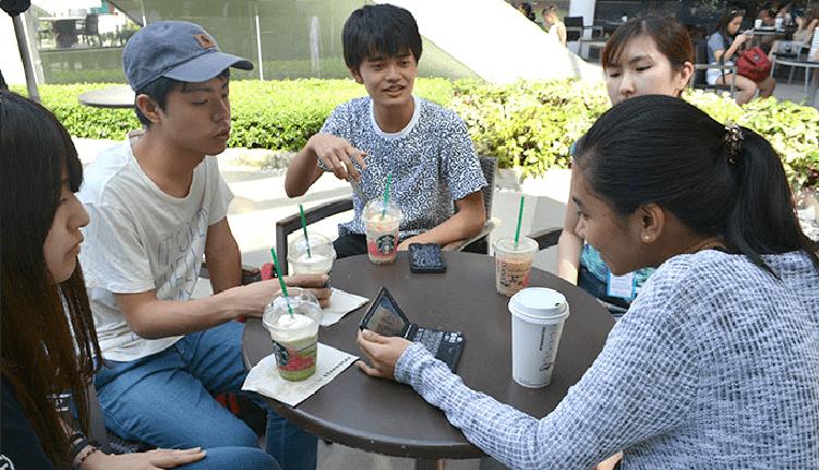 セブナビ直営THE CLASS校目の前のアヤラモールのカフェにて優秀講師と英語レッスンを楽しむ留学生