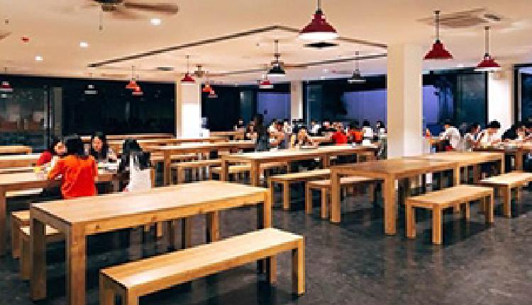 2017年10月に新校舎への新築移転。留学生が集うカフェテリア(EV English Academy - イーブイ アカデミー)