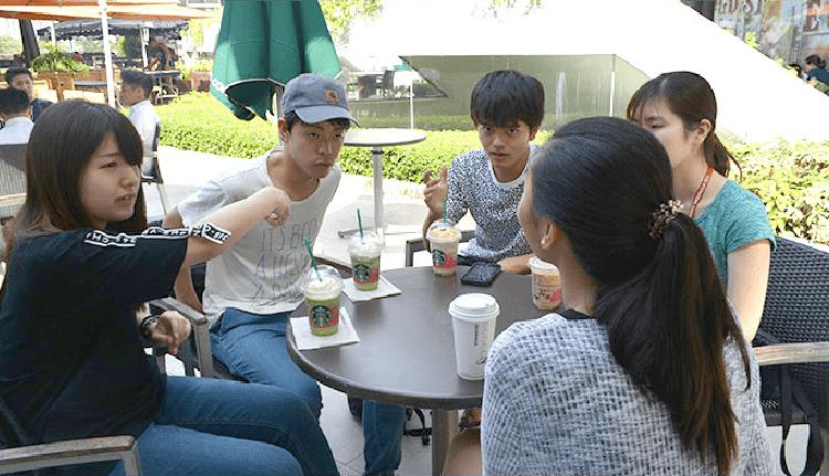 セブナビ直営THE CLASS校目の前のアヤラモールにて優秀講師とカフェレッスンを楽しむ留学生