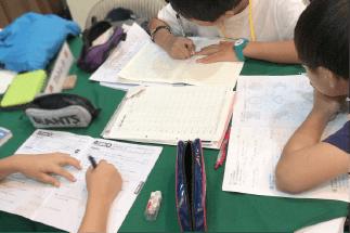日本の宿題タイム1日1時間〜(小学生)1日2時間以上(中・高生)