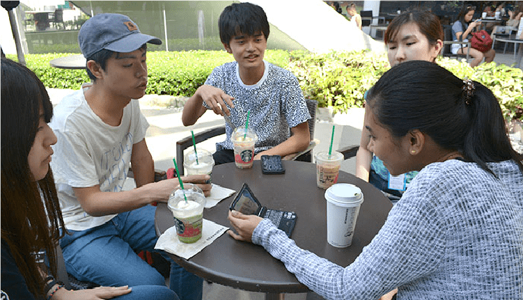 セブナビ直営AK English校目の前のアヤラモールのカフェにて優秀講師と英語レッスンを楽しむ留学生